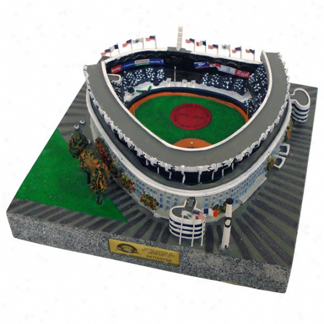 New York Yankees - Old Yankee Stadium Replica With Final Pitch Medallion - Gold Series